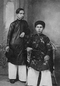 Đào Duy Anh (phải) và Đặng Văn Tế khi ở trường Quốc học Huế năm 1923.