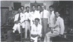 Jean Tardieu (thứ 3 từ phải sang) cùng với bạn học Trường Mỹ thuật - Ngồi hàng đầu là Lê Phổ